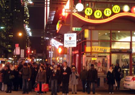 Times Square - reparem na placa avisando sobre a câmera de segurança...