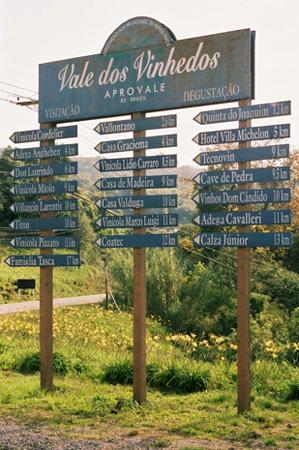 Placa indicando as distâncias às vinícolas e hotéis do Vale