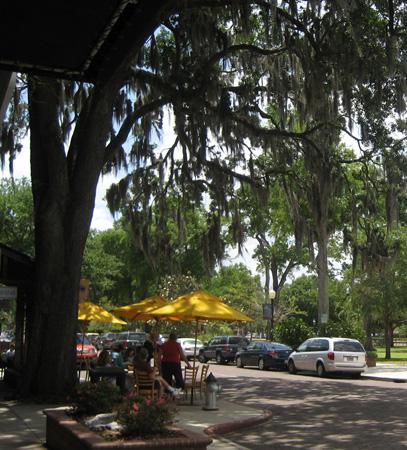 Cafés à sombra das árvores