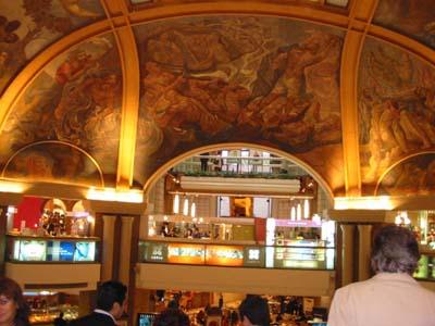 As pinturas do teto são a melhor parte...