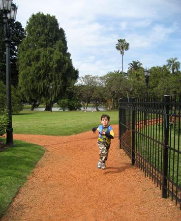 O pequeno correu por todo o parque!