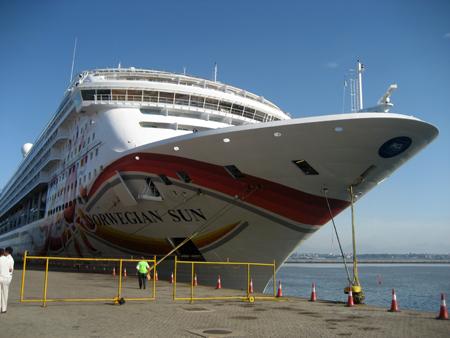 O Norwegian Sun ancorado no porto de Montevidéu