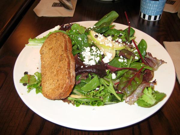 E a deliciosa harvest salad with chicken...