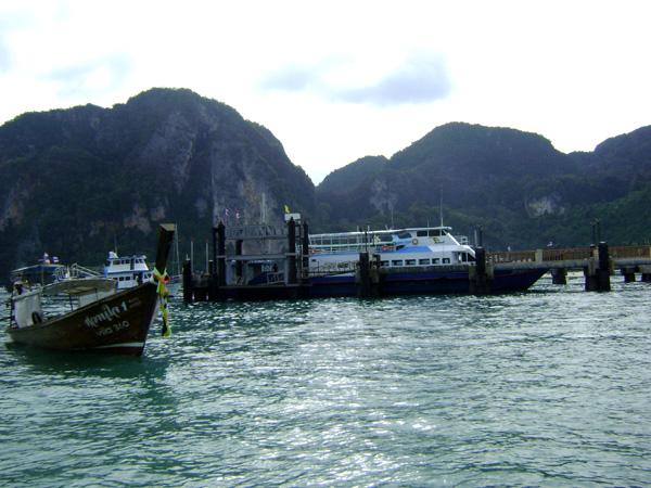A ferry e o long tail boat