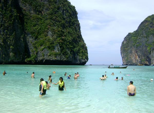 Turistas aproveitando o mar calmo...