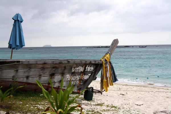 Longtail boat na praia
