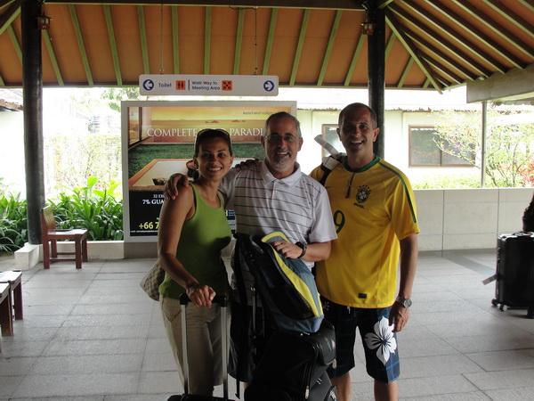 """O """"trio elétrico"""" chegando no aeroporto de Koh Samui"""