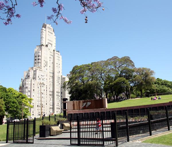 Edifício Kavanagh e o Monumento a Los Caídos en Malvinas
